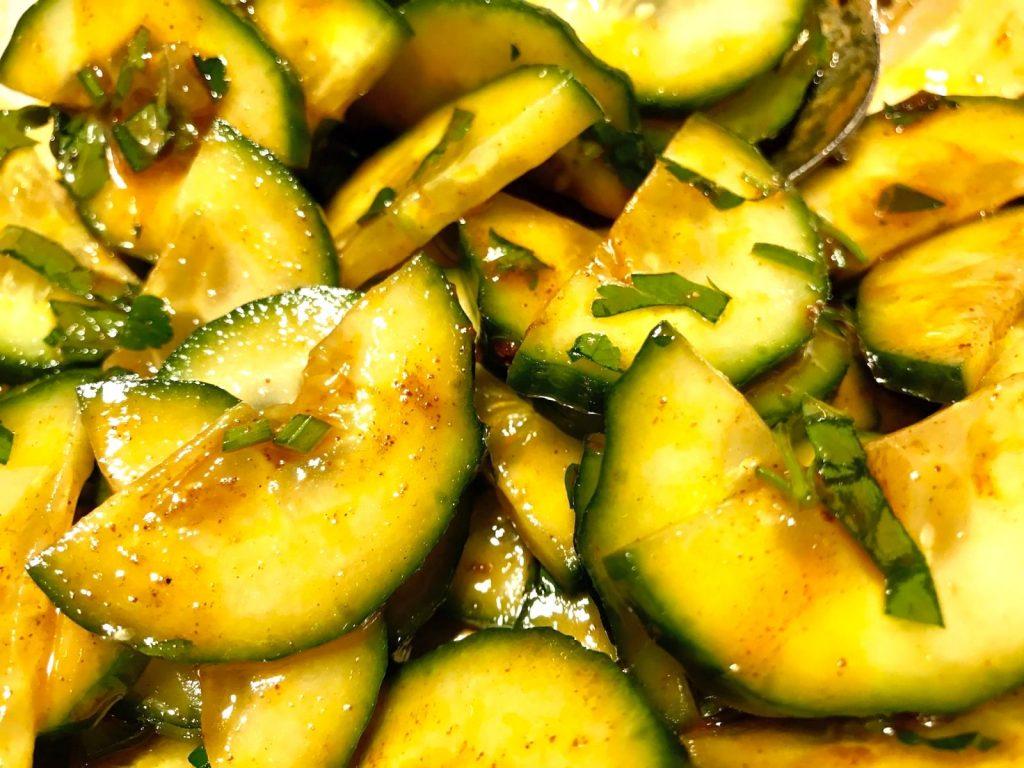 Salat vermengen
