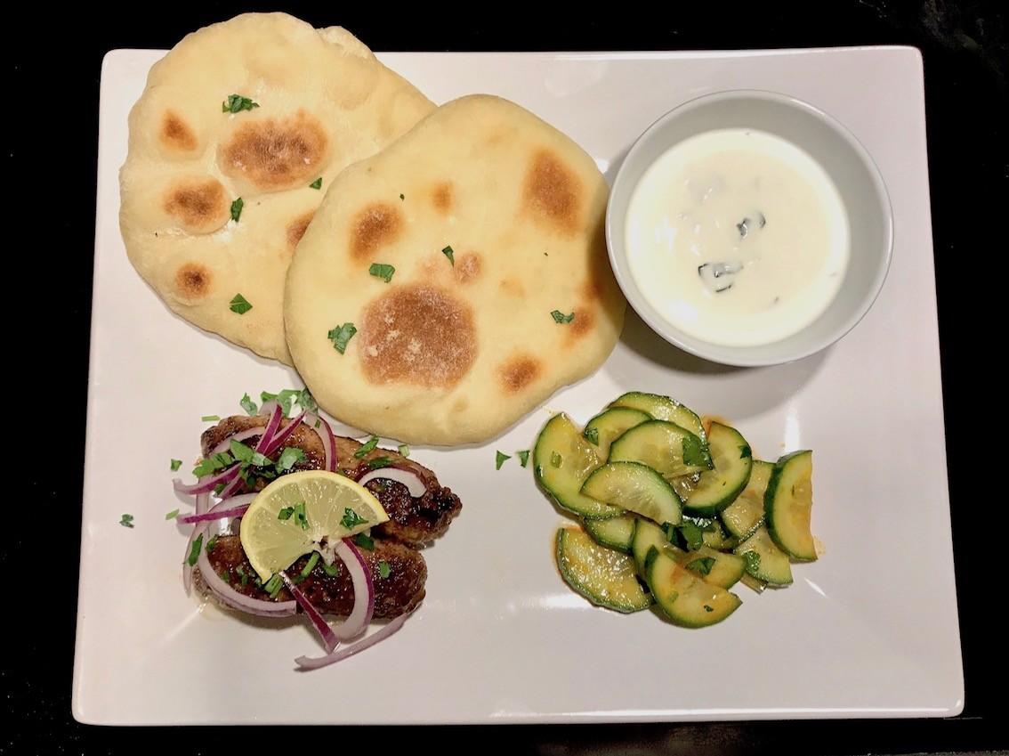 Köfte mit Naan und Harrisa-Gurkensalat