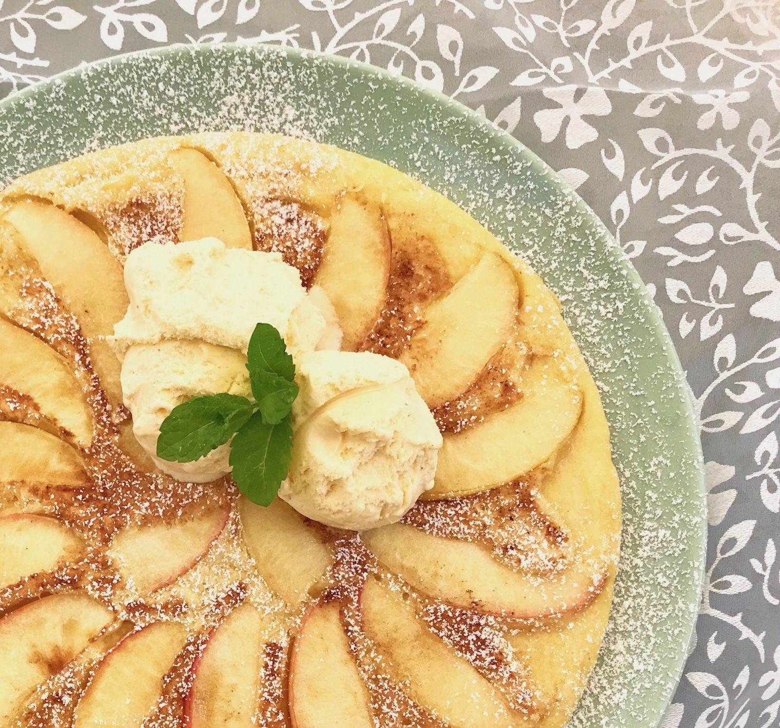 Apfelpfannkuchen mit Vanilleeis