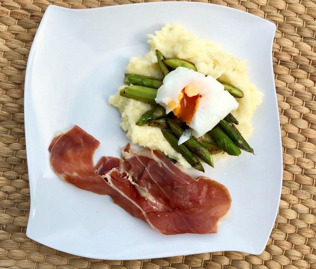 Kartoffelstampf mit Spargel, pochiertem Ei und Serrano