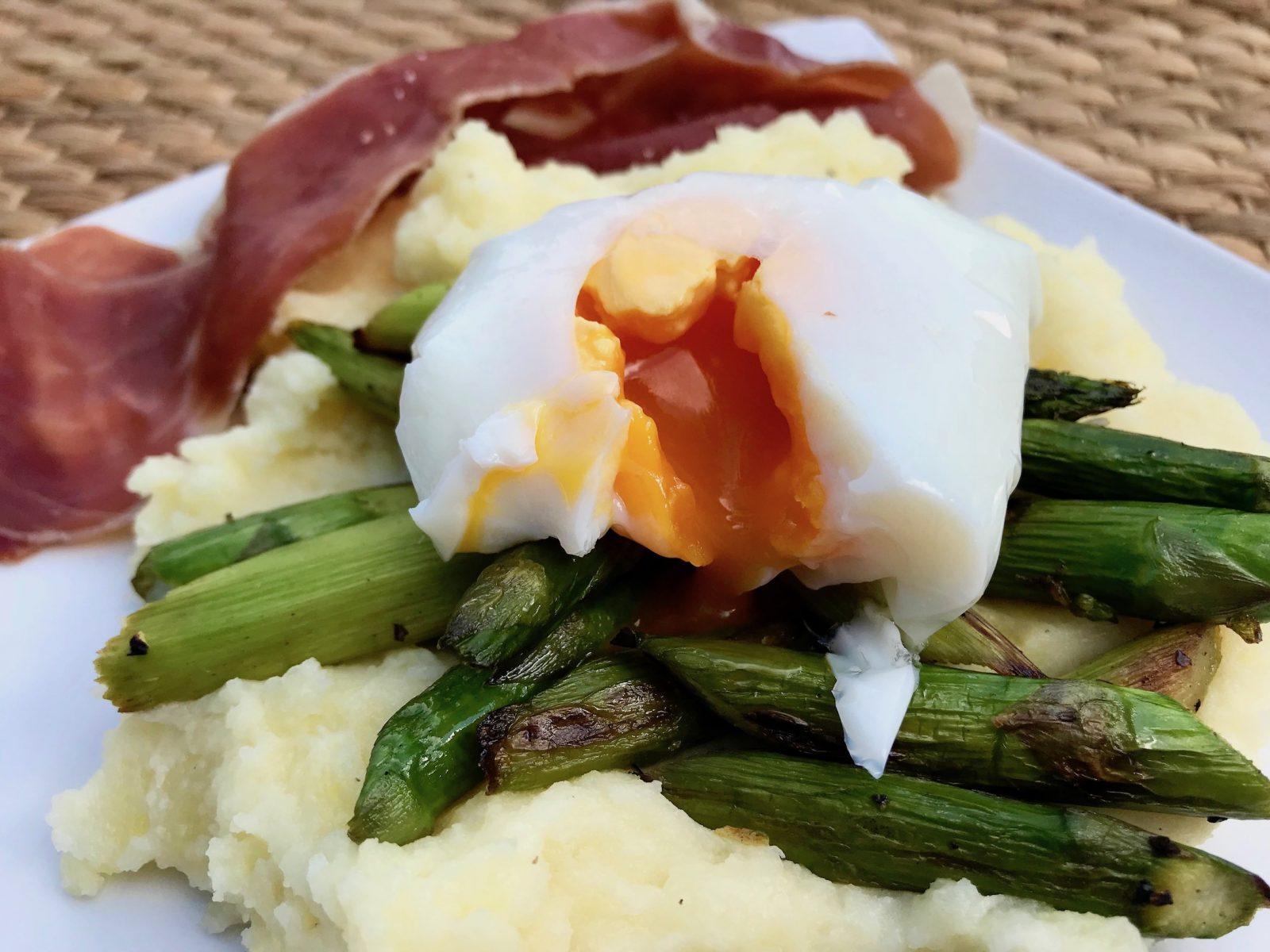 Kartoffelstampf mit Spargel, pochiertem Ei und Parmaschinken