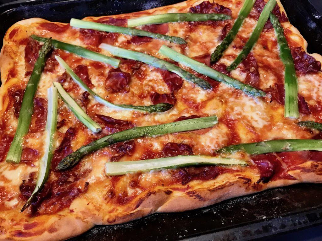 Pizza mit Serrano und Spargel