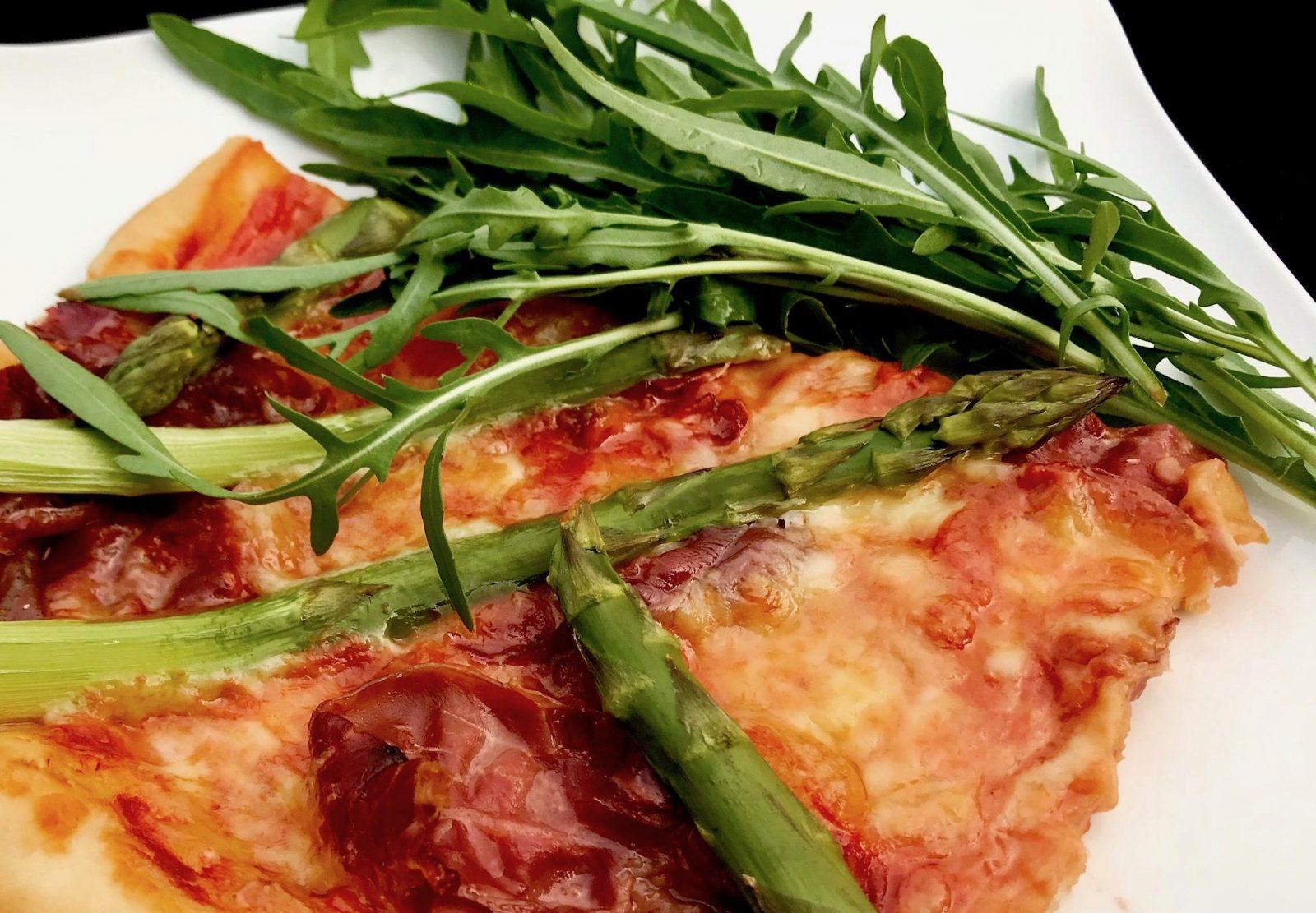 Serrano-Spargel-Pizza