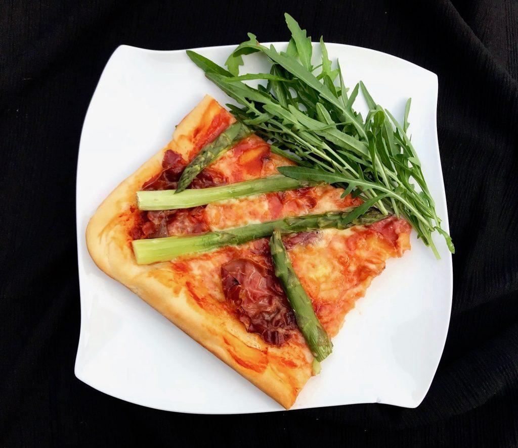 Pizza mit Spargel und Serrano