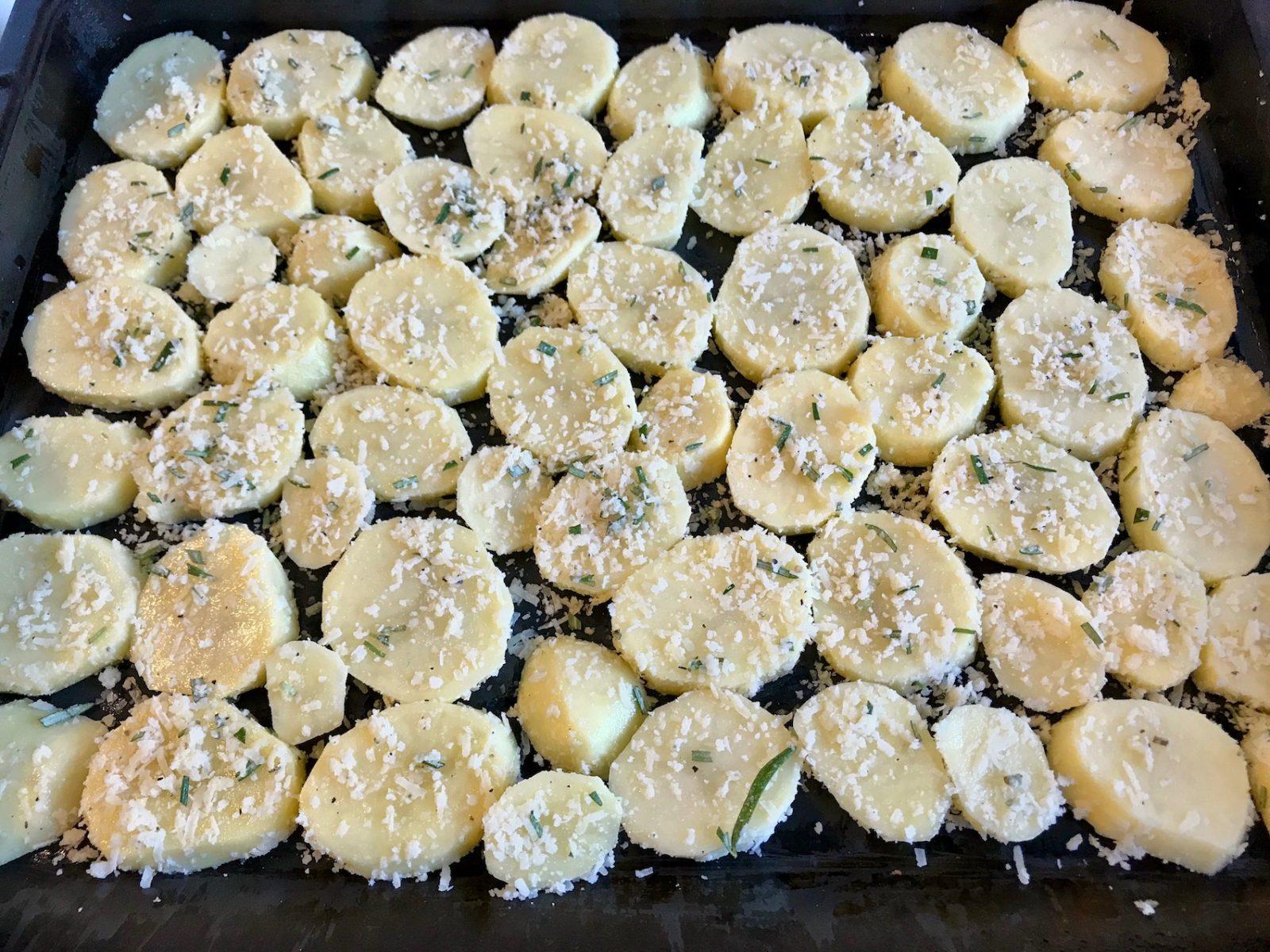 Kartoffelscheiben auf Backblech verteilen