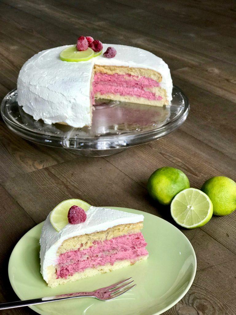 Himbeer-Limetten-Torte servieren