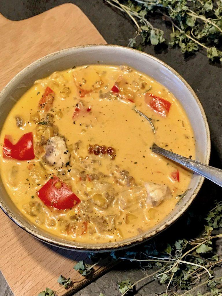 Pizza-Suppe servieren