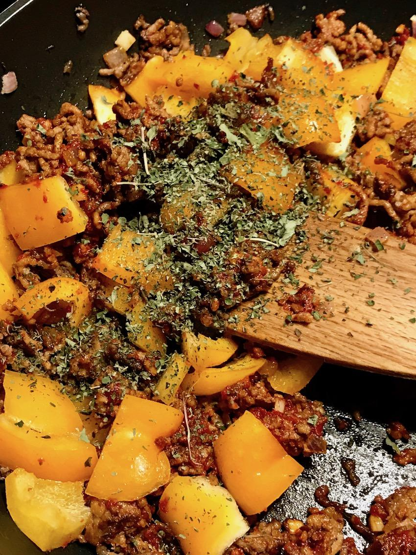 Paprika und Gewürze zufügen