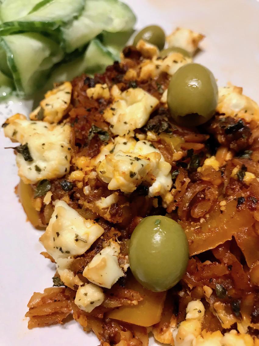 Mit Oliven servieren