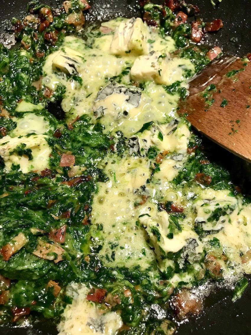 Dörrfleisch, Spinat und Blauschimmelkäse