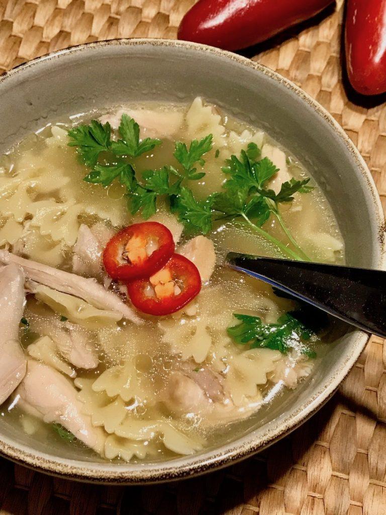 Hühnersuppe heiß servieren