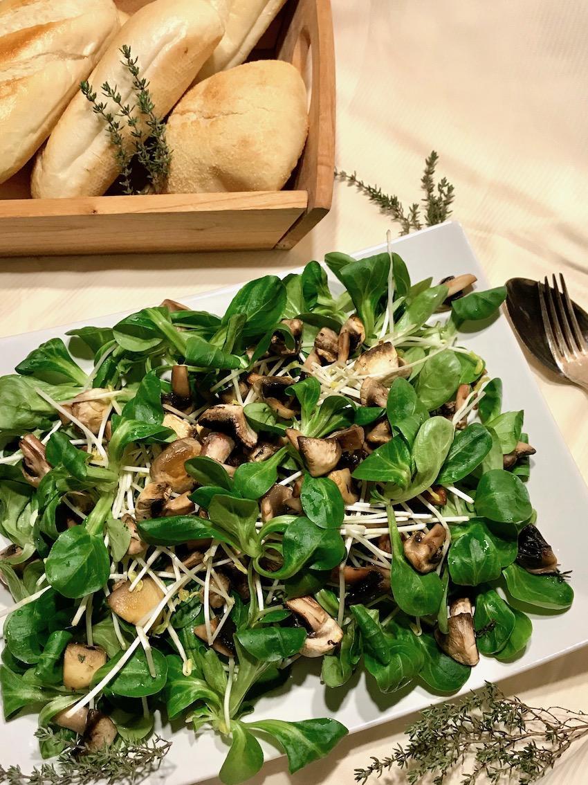 Feldsalat mit Champignons und Sprossen