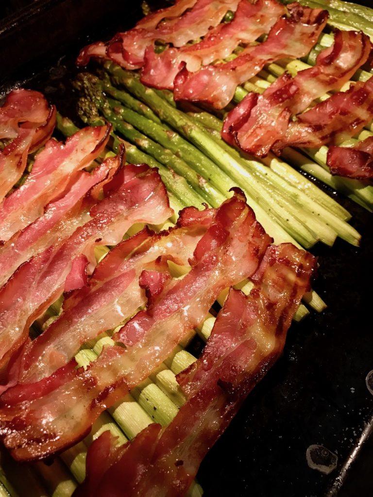 Spargel mit Bacon auf Blech