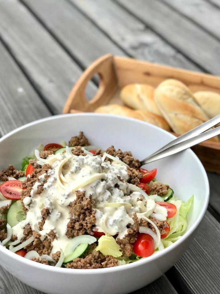 Cheeseburger-Salat servieren