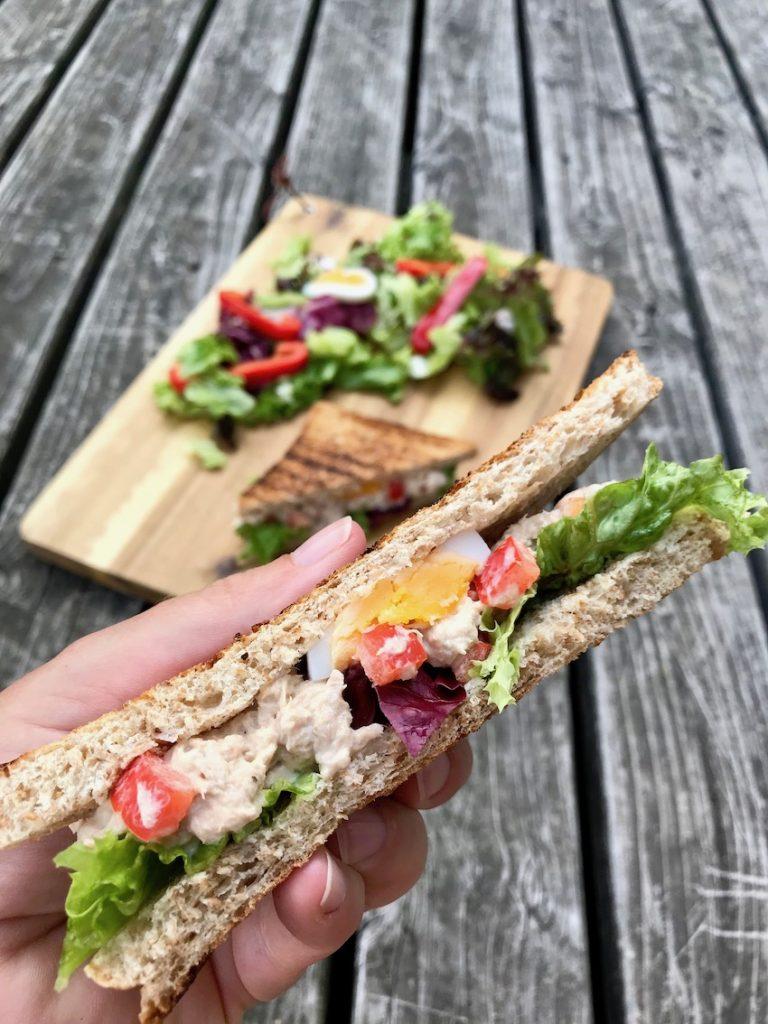 Thunfisch-Sandwiches servieren