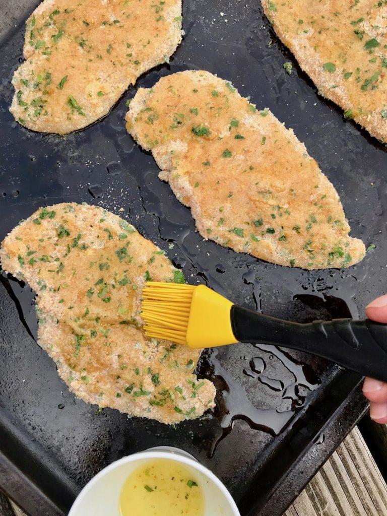 Schnitzel mit Butterschmalz einpinseln