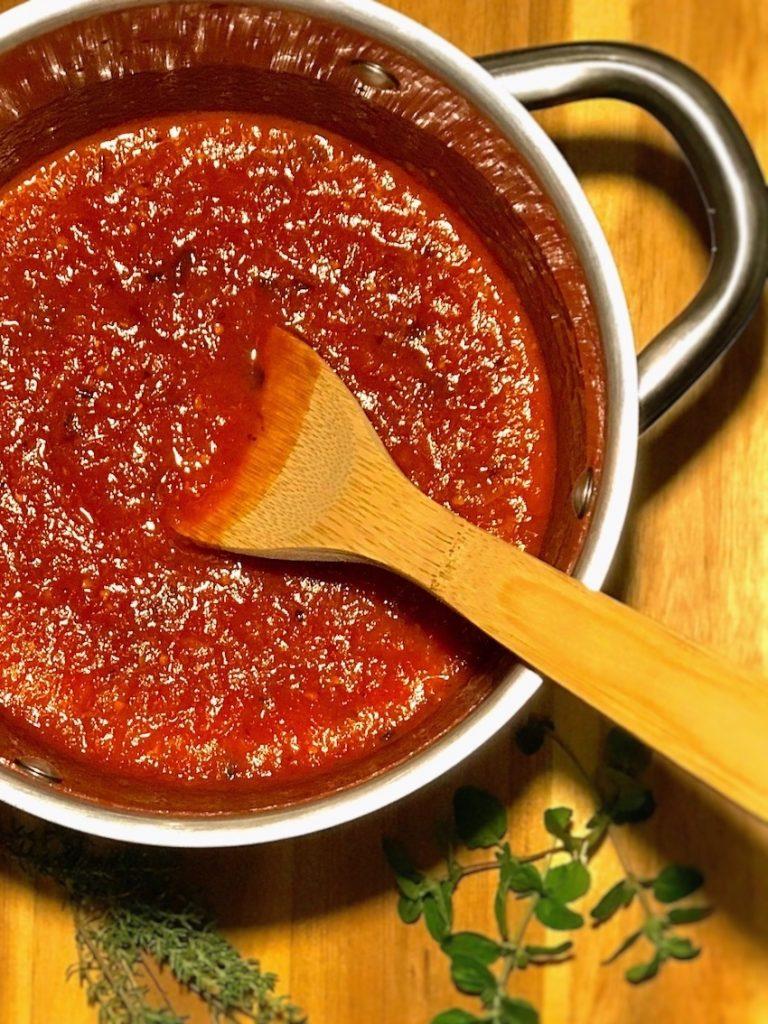 Tomatensauce servieren