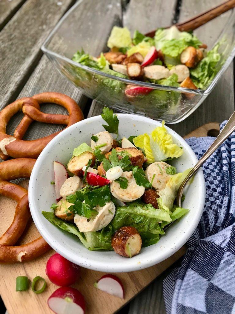Weißwurstsalat mit gerösteten Brezn servieren