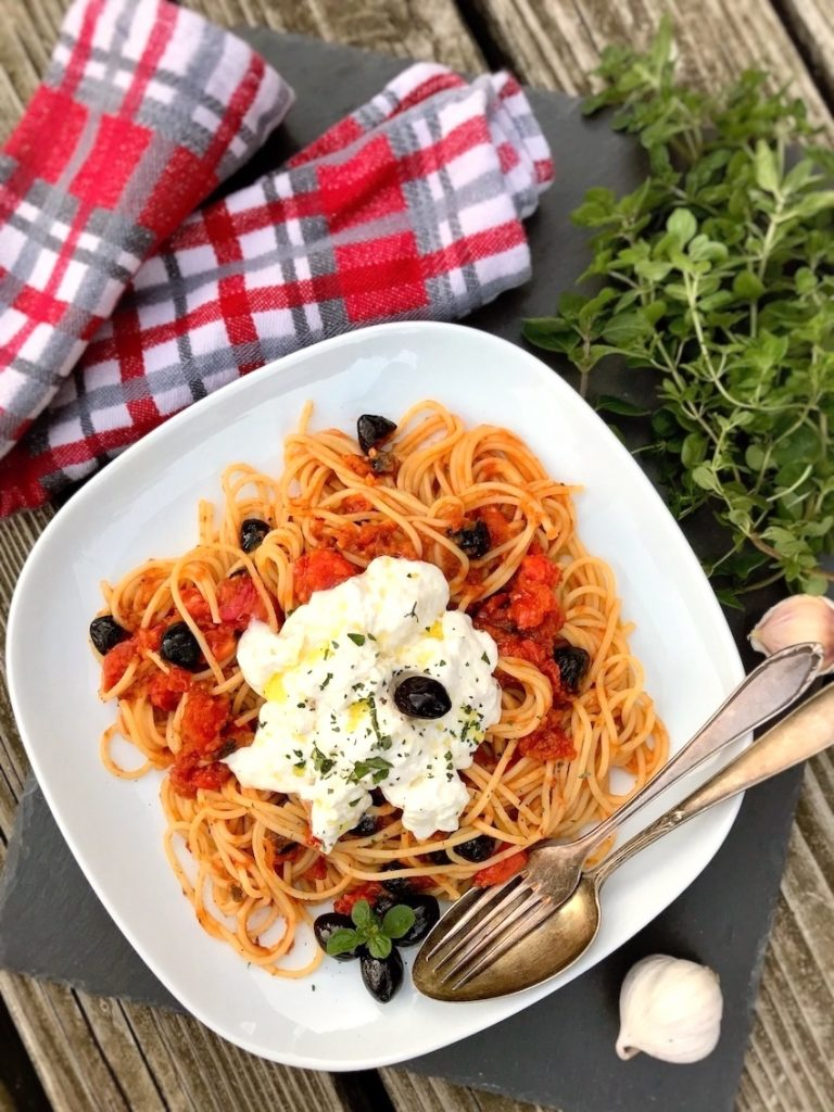 Spaghetti mit Tomatensauce und Burrata servieren