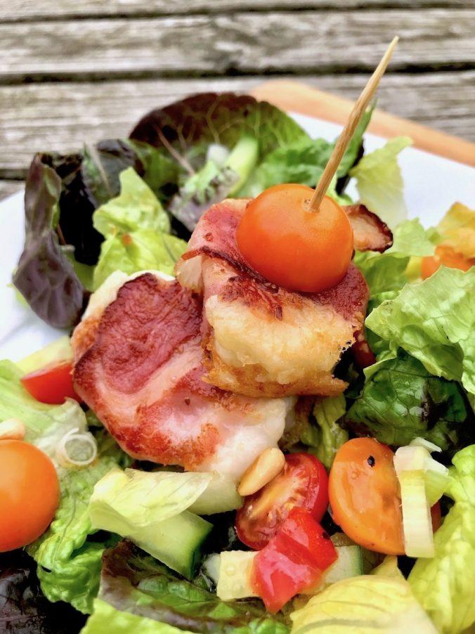 Knackiger Salat mit Ziegenkäse im Speckmantel