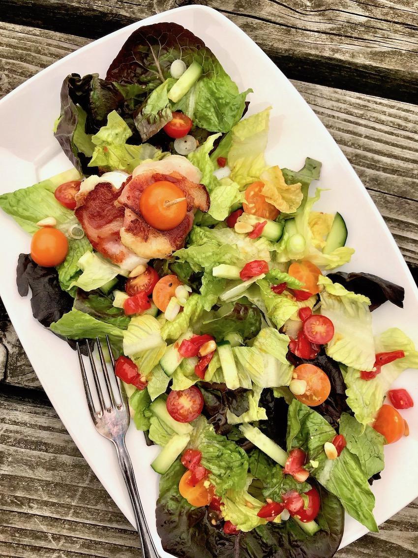 Knackiger Salat mit Ziegenkäse im Speckmantel Rezept