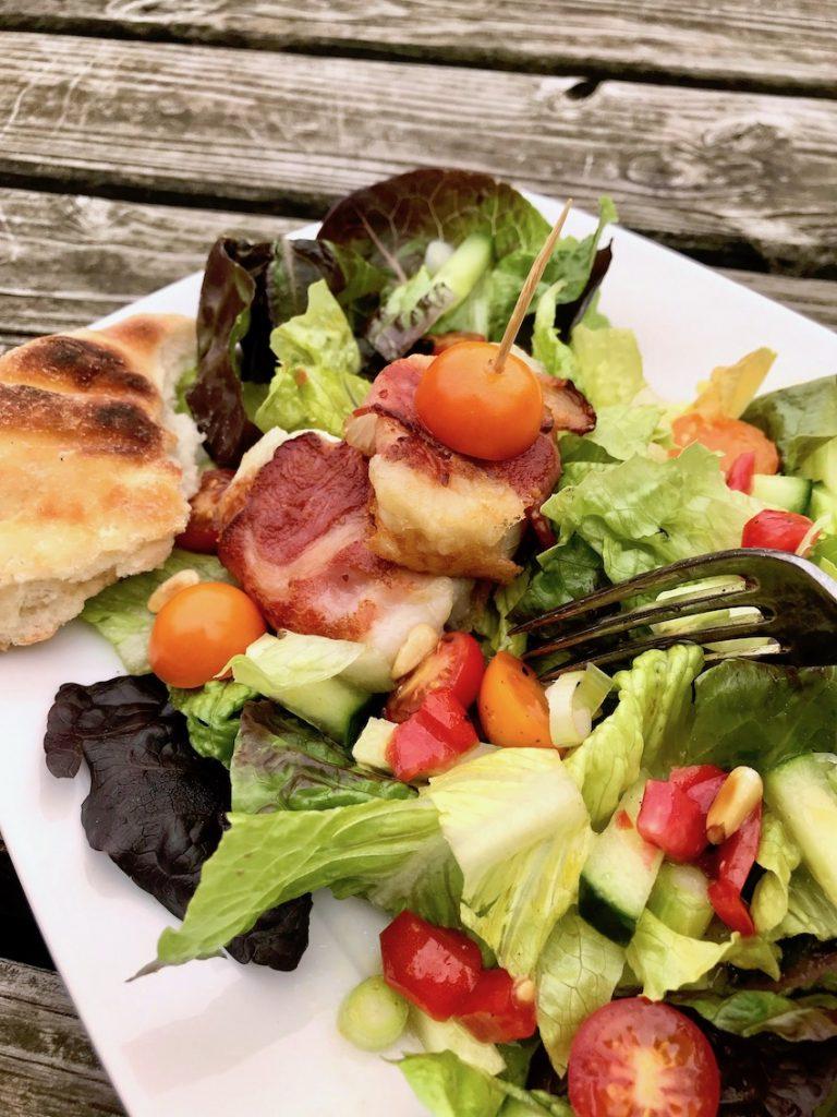 Knackiger Salat mit Ziegenkäse im Speckmantel servieren