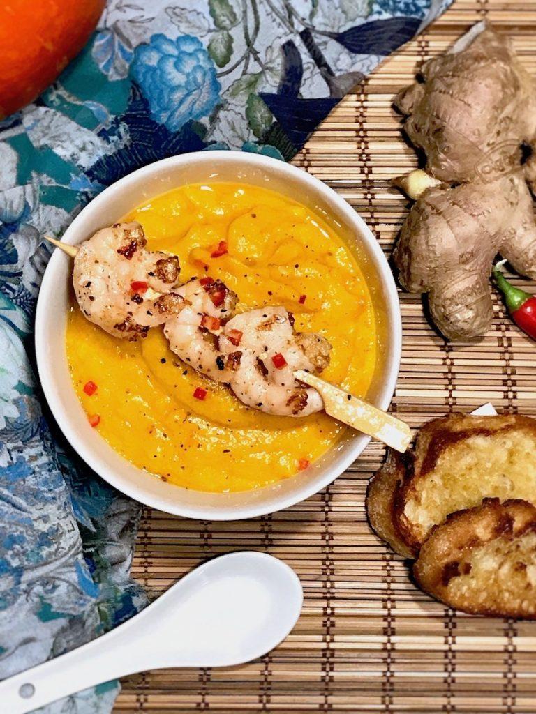 Asiatische Kürbissuppe mit Garnelen servieren