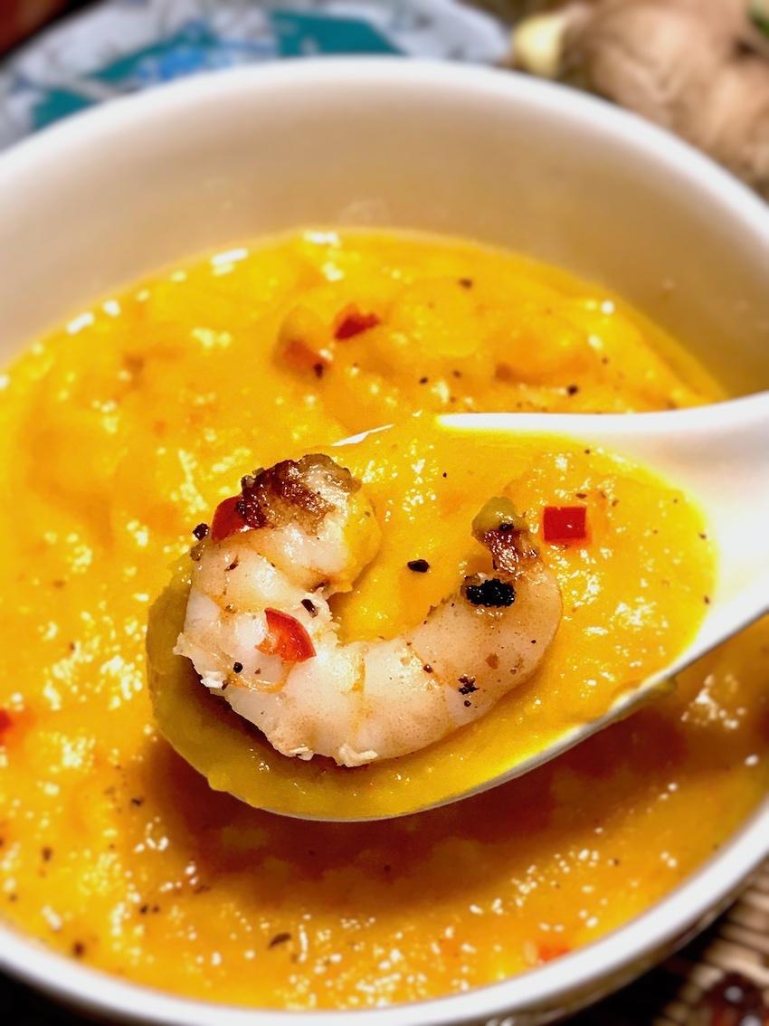 Asiatische Kürbissuppe mit Garnelen