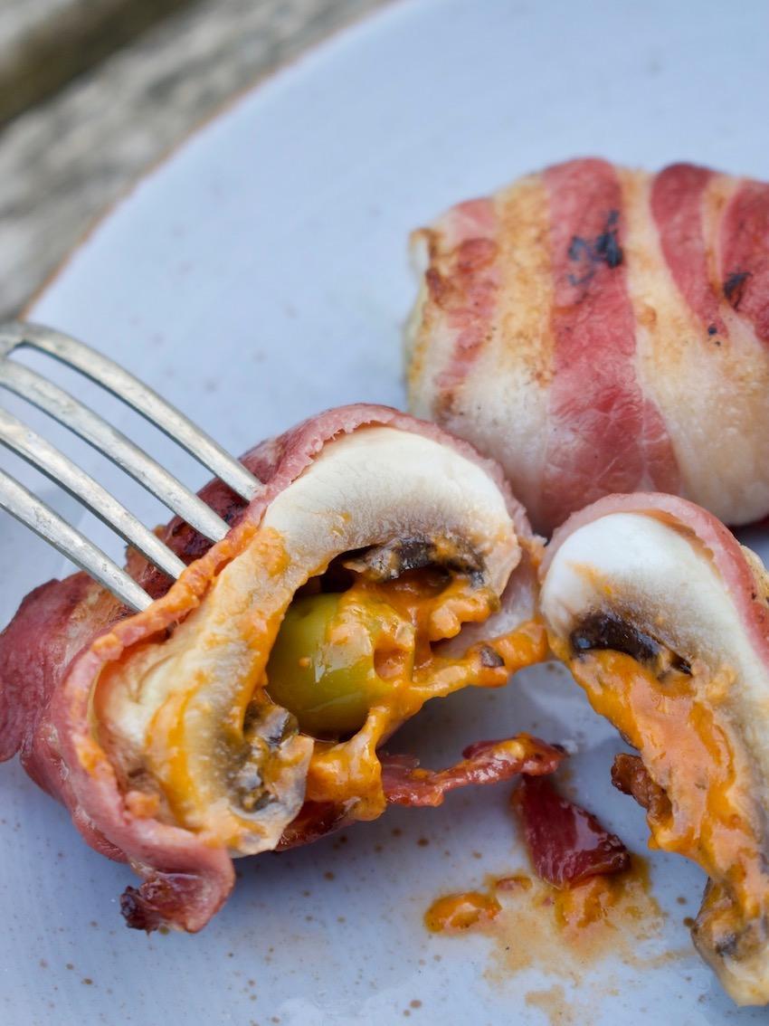 Gefüllte Champignons vom Grill mit Bacon und Oliven