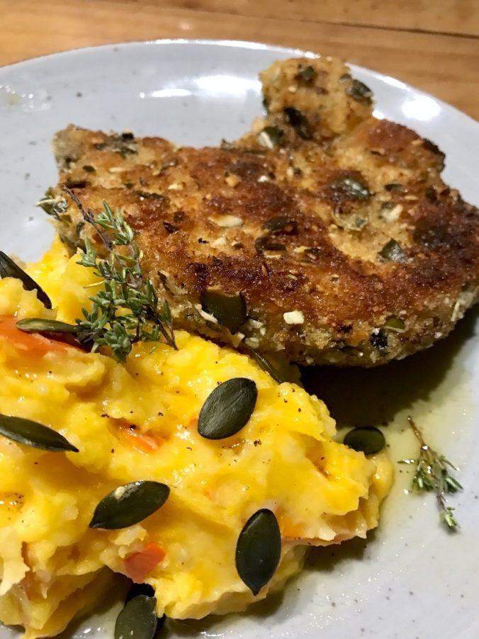 Koteletts mit Kürbiskernpanade mit Kartoffel-Kürbisstampf und Thymianbutter