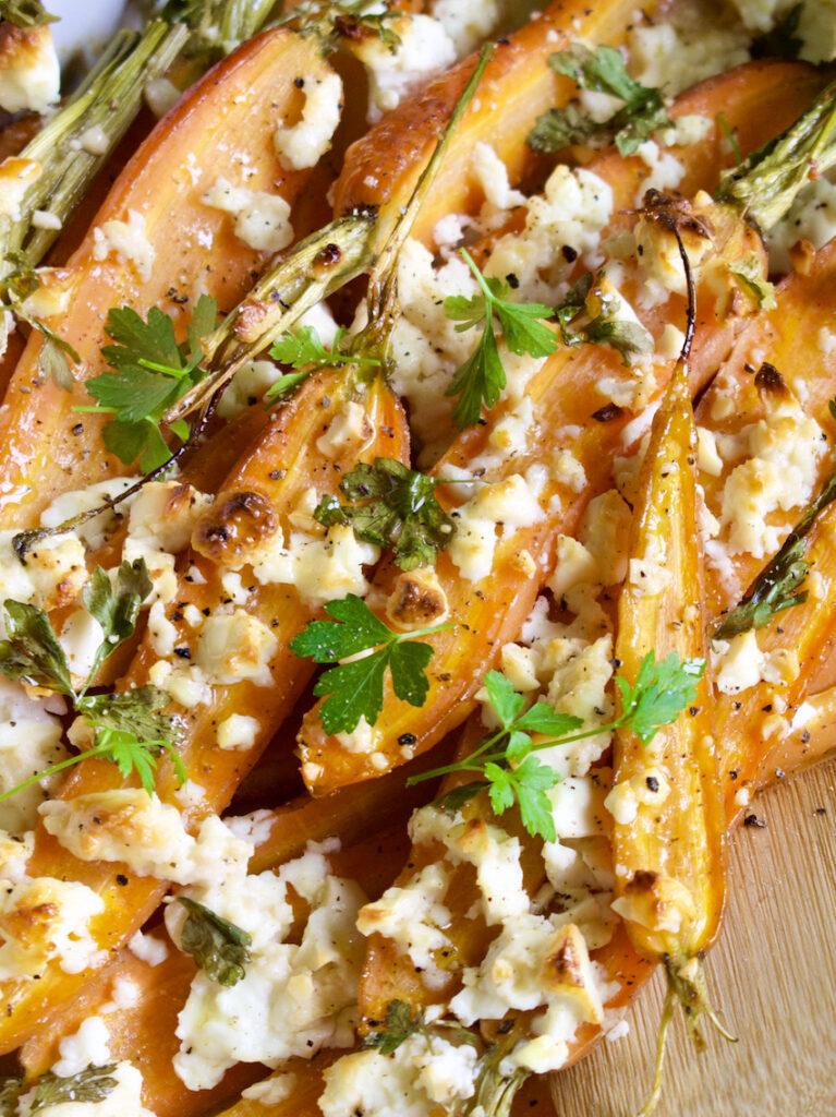 Karotten mit Schafskäse und Ahornsirup aus dem Ofen