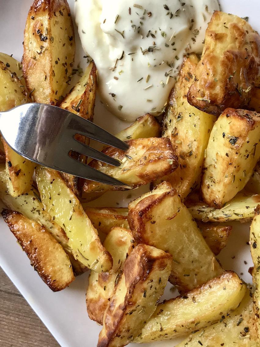 Knusprige Kartoffelspalten mit Kräuter