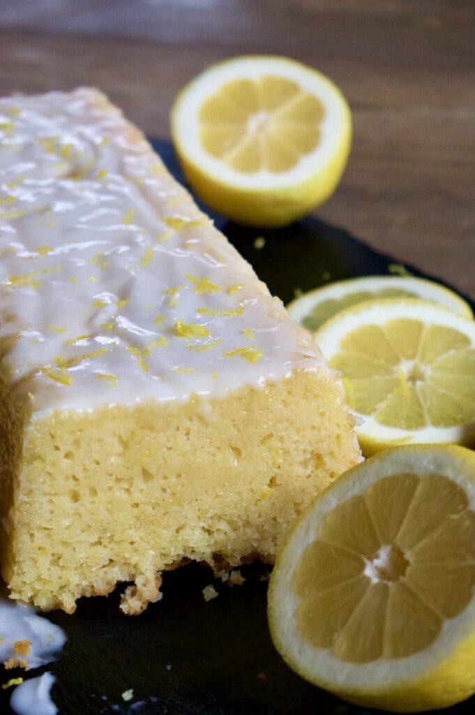 Saftiger Zitronenkuchen mit Guss